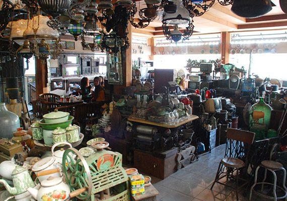 Berburu barang antik di pasar Windujenar